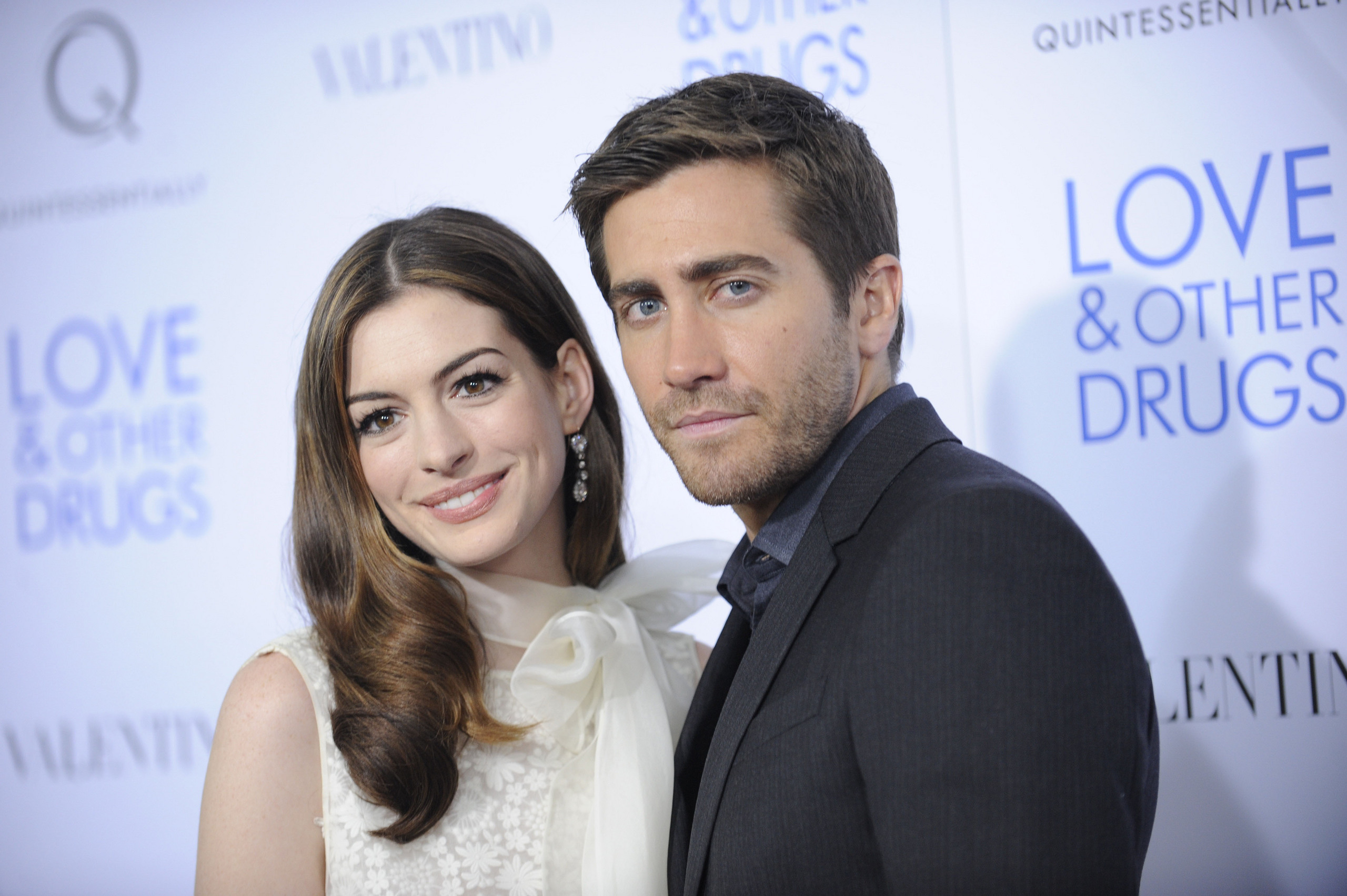 anne hathaway ve jake gyllenhaal love other drugs jake gyllenhaal and anne hathaway movie imdb