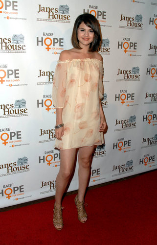 Selena Gomez karatasi la kupamba ukuta titled Raise Hope for Congo Event,2009