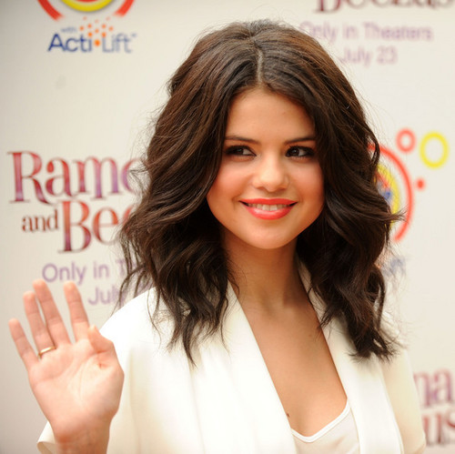 VOTE SELENA IN PEOPLESCHOICE http://www.peopleschoice.com/pca/vote/votenow.jsp?pollId=1100044&option