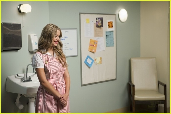 http://images4.fanpop.com/image/photos/17100000/1x11-Moments-Later-Stills-pretty-little-liars-tv-show-17186904-600-402.jpg