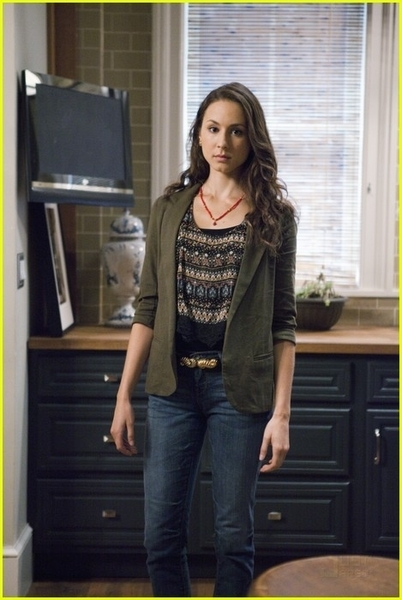 http://images4.fanpop.com/image/photos/17100000/1x11-Moments-Later-Stills-pretty-little-liars-tv-show-17186911-402-600.jpg