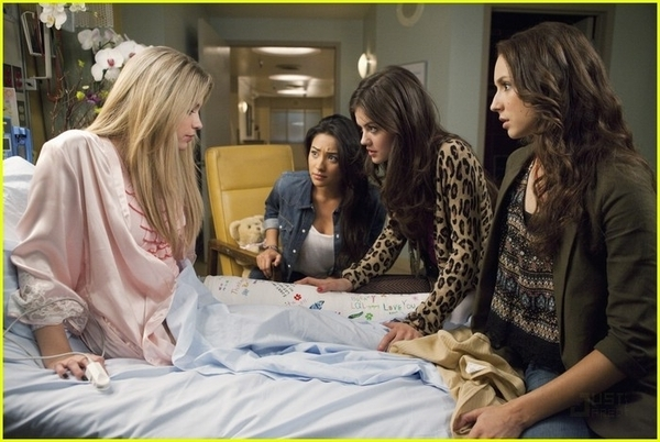 http://images4.fanpop.com/image/photos/17100000/1x11-Moments-Later-Stills-pretty-little-liars-tv-show-17186916-600-402.jpg