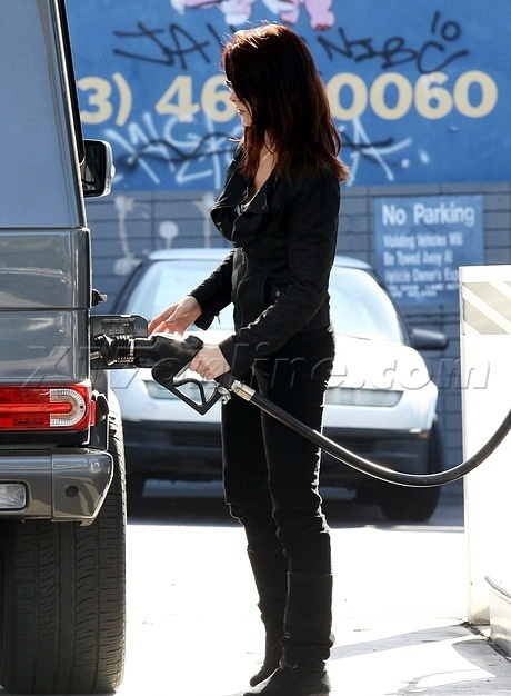 23.11 - Ashley at the gas máy bơm
