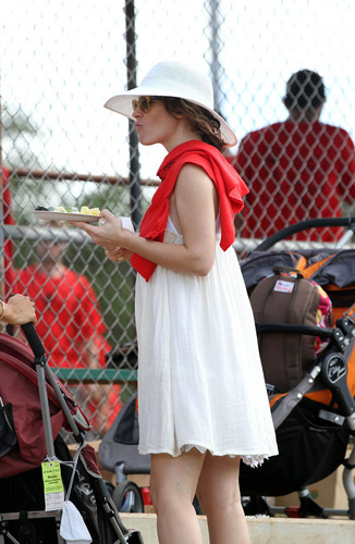 Evangeline Lilly at a Softball Game in Hawaii 22.11.2010