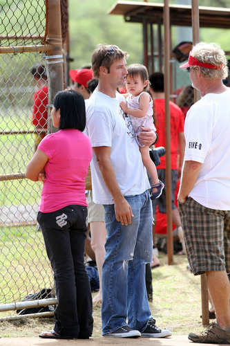 Josh Holloway at a Softball Game in Hawaii 22.11.2010