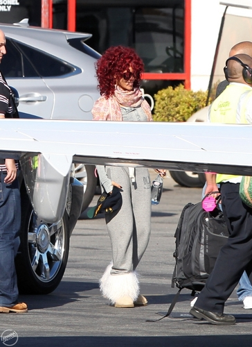 rihanna jets off from Los Angels,November 22th,2010