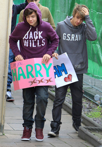 Flirty Harry & Goregous Liam Wiv Messages From The Fans :) x