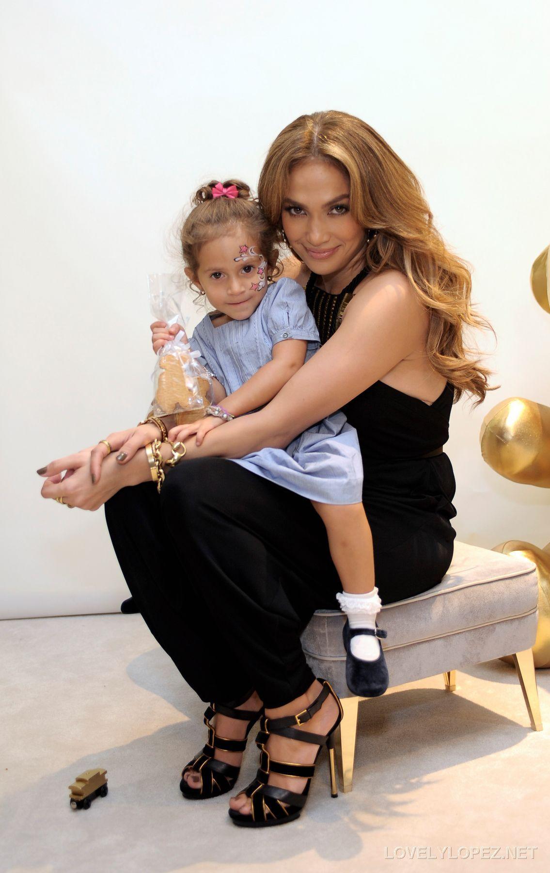 Дженнифер Лопес/Jennifer Lopez - Страница 5 Gucci-And-Jennifer-Lopez-Celebrate-Gucci-Children-s-Collection-jennifer-lopez-17235230-1135-1800