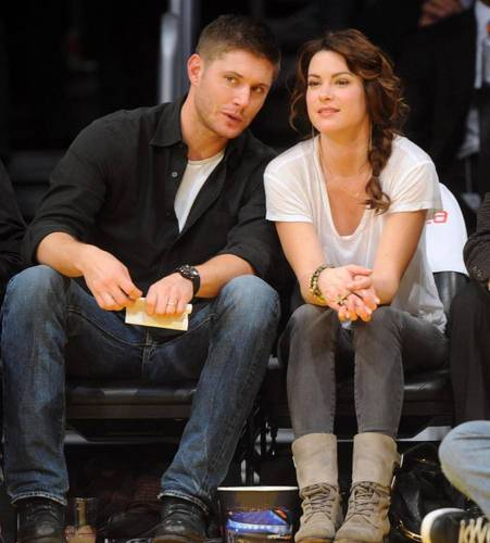 Дженсен Эклс Обои containing a business suit titled Jensen and Danneel at Lakers game on 23/11