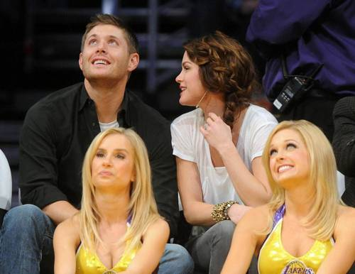 जेनसेन ऐकल्स वॉलपेपर entitled Jensen and Danneel at Lakers game on 23/11