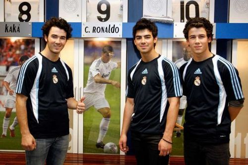 Jonas brothers in Real Madrid.