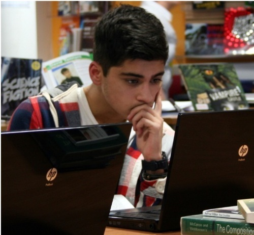 Sizzling Hot Zayn Checking Out His Fanmail On The ComPuter (He Looks In 4ght Awww) :) x