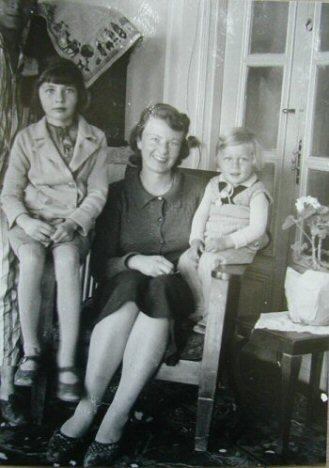 Soraya with mother Eva and brother Bijan