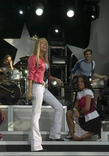 miley-cyrus_com-disneychannelgames2007-concert-