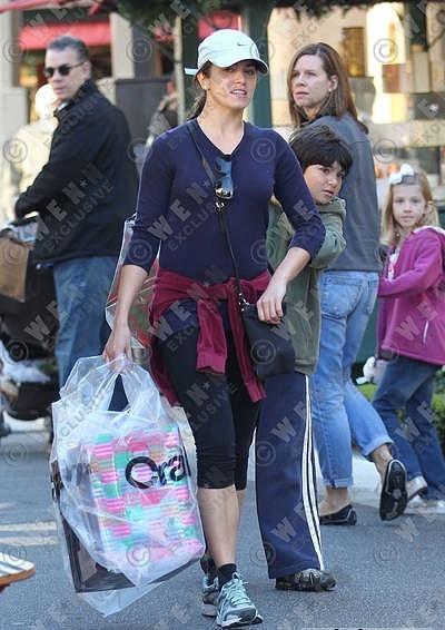 28/11/10 - Nikki makes Christmas shopping