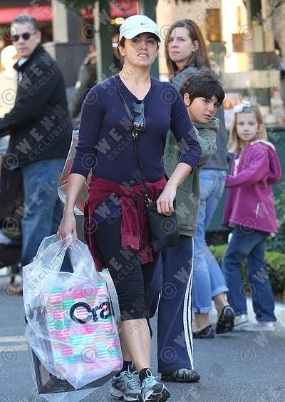 28/11/10 - Nikki makes giáng sinh shopping