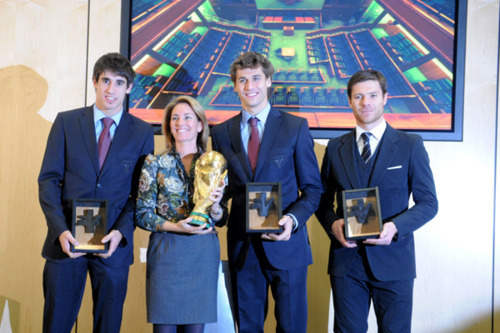 Fernando Llorente, Javi Martinez & Xabi Alonso - honored سے طرف کی the Basque government (1.12.2010)