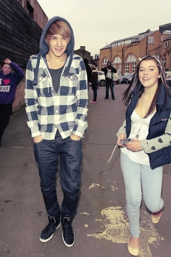 Liam Payne wallpaper with an outerwear, long trousers, and a pantleg entitled Goregous Liam Smiling Wiv A fan :) x