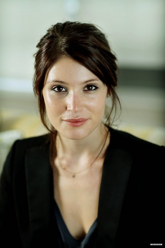 Gemma Arterton achtergrond with a business suit, a well dressed person, and a portrait entitled Guardian photoshoot (2010)