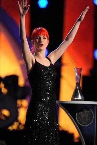 сено, сена dyed her hair red .. again