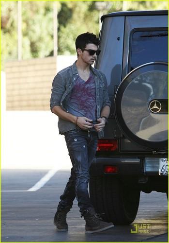 Joe Jonas: Pumps It Up; Test Drives An 아우디