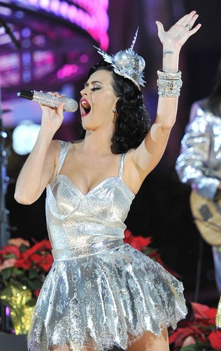 Katy Perry Performing @ the Grammy Nominations Concert (30/11/2010)