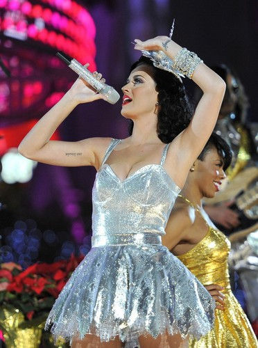 Katy Perry Performing @ the Grammy Nominations 音乐会 (30/11/2010)