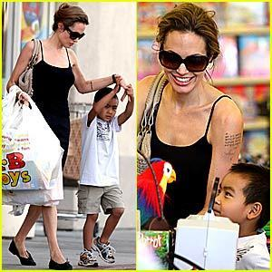 Maddox Jolie-Pitt fondo de pantalla possibly with sunglasses, a top, and a sign titled Maddox