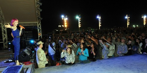 Paramore پیپر وال probably with a سٹریٹ, گلی titled Paramore's VH1 Divas Salute The Troops, USO, Kuwait [Nov 23]