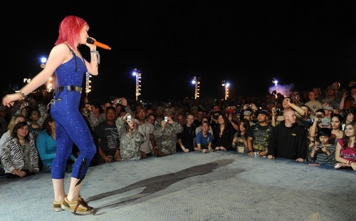 Paramore پیپر وال probably containing a کنسرٹ titled Paramore's VH1 Divas Salute The Troops, USO, Kuwait [Nov 23]