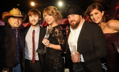 Taylor at the CMT Artists of the год 2010