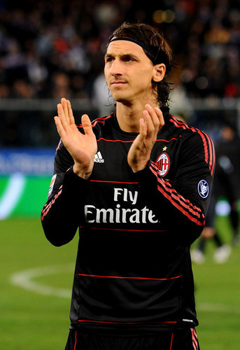Zlatan Ibrahimovic karatasi la kupamba ukuta probably with a wicket titled Z. Ibrahimovic (Sampdoria - Milan)