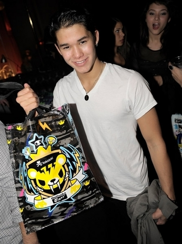 Boo Boo Stewart karatasi la kupamba ukuta probably containing a sign titled BooBoo Stewart - Austin's Birthday Party