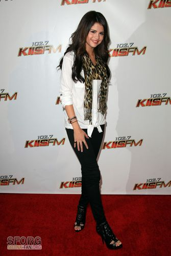 瑟琳娜·戈麦斯 壁纸 with a well dressed person and an outerwear called December 5th - KIIS FM 2010 jingle Ball Red Carpet