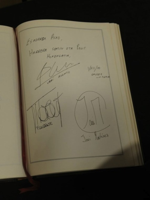 Fernando Llorente, Javi Martinez & Xabi Alonso - The signatures (1.12.2010)