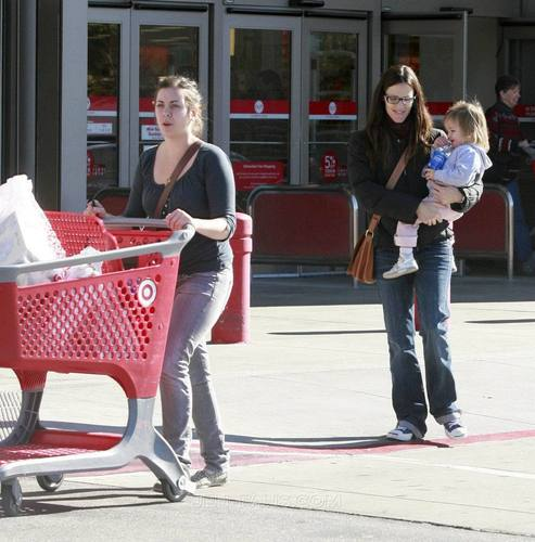 Jen & Seraphina Shopping at Target 11/29/10 - jennifer-garner Photo