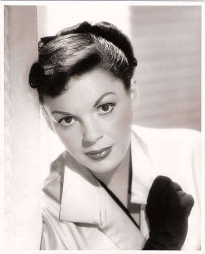 Judy Garland kertas dinding possibly with a portrait called Judy Garland