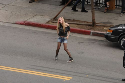 PICS OF AVRIL HERSELF ON WHAT THE HELL MUSIC VIDEO SHOOT!! (NEW NEW NEW)