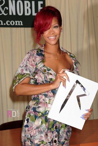 リアーナ signing of her book at Barnes&Noble,NY,October 27th,2010