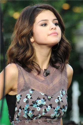 Selena on Extra Interview,Novebmer 09,2010