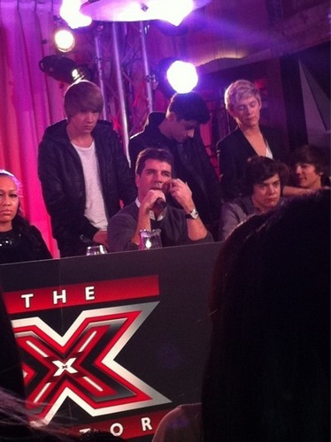 1D & Simon Doing A Tv tunjuk Ahead Of The Finals (1D All The Way) :) x