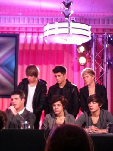1D & Simon Doing A Tv onyesha Ahead Of The Finals (1D All The Way) :) x