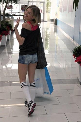 2010-12-06 AnnaLynne McCord at the Lady Foot Locker in fox, mbweha kilima Mall