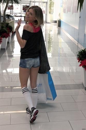 AnnaLynne McCord at the Lady Foot Locker in лиса, фокс холм, хилл Mall