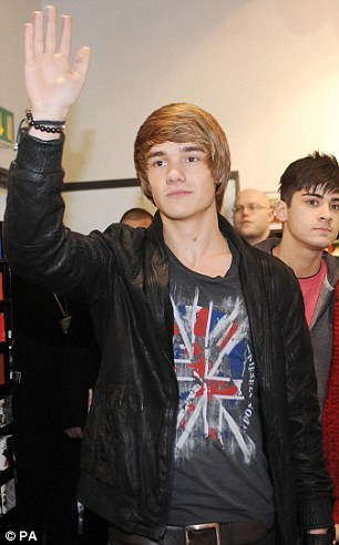 Goregous Liam & Red Hot Zayn at Bradford, Hmv 4 A Book Signing (I Was Their) Best دن Of My Life :)