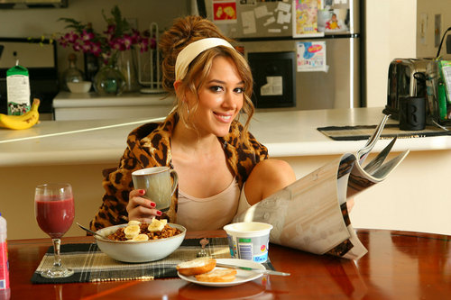 Haylie Duff wallpaper probably with a lunch, an antipasto, and a brunch, café da manhã entitled Haylie fotografia