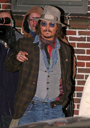 জনি ডিপ দেওয়ালপত্র probably with a business suit entitled Johnny Depp At The 'Late প্রদর্শনী with David Letterman' - December 7