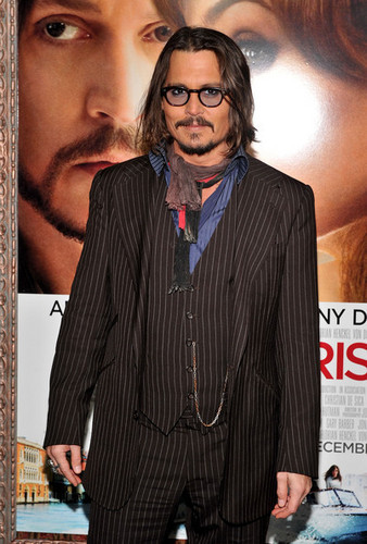 জনি ডিপ দেওয়ালপত্র with a business suit, a suit, and a well dressed person entitled Johnny Depp @ the World Premiere of 'The Tourist'