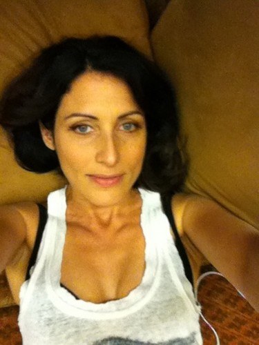 House, M.D. karatasi la kupamba ukuta containing a portrait called Lisa Edelstein <3