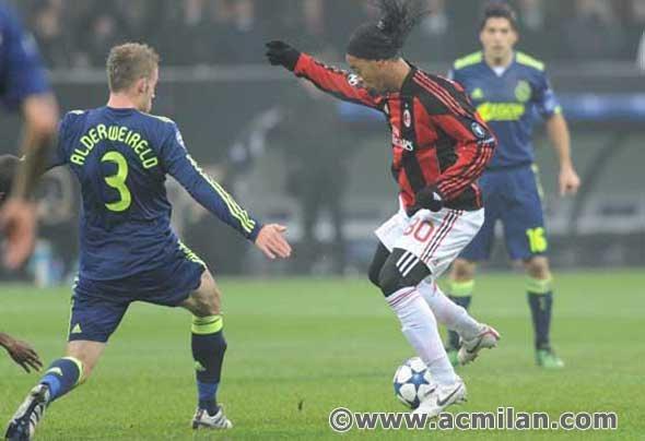 http://images4.fanpop.com/image/photos/17500000/Milan-Ajax-0-2-Champions-League-2010-2011-ac-milan-17542573-590-404.jpg